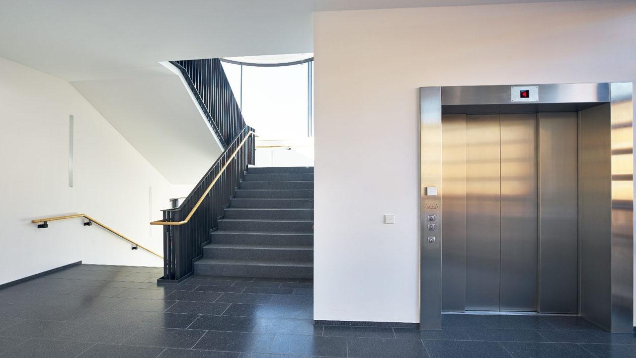 Schoonmaak van portiek en trappenhuis